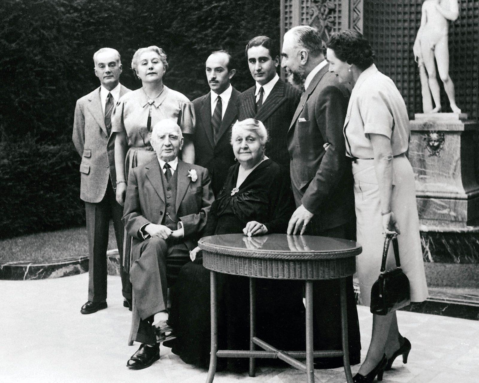 Calouste Gulbenkian. Im Kreise seiner Familie anlässlich seines 60. Hochzeitstages 1952.