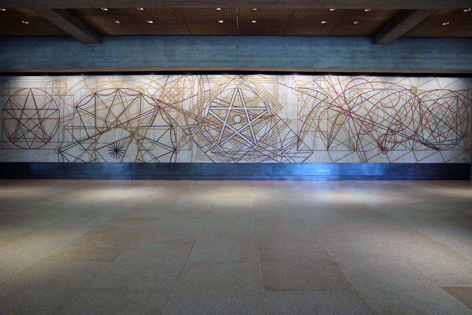"""Der Stiftungssitz. Kunst ist überall gegenwärtig. Im Haupteingang der Stiftung hängt seit 1969 die grafische Komposition """"Começar"""" (dt. der Beginn) von Almada Negreiros."""