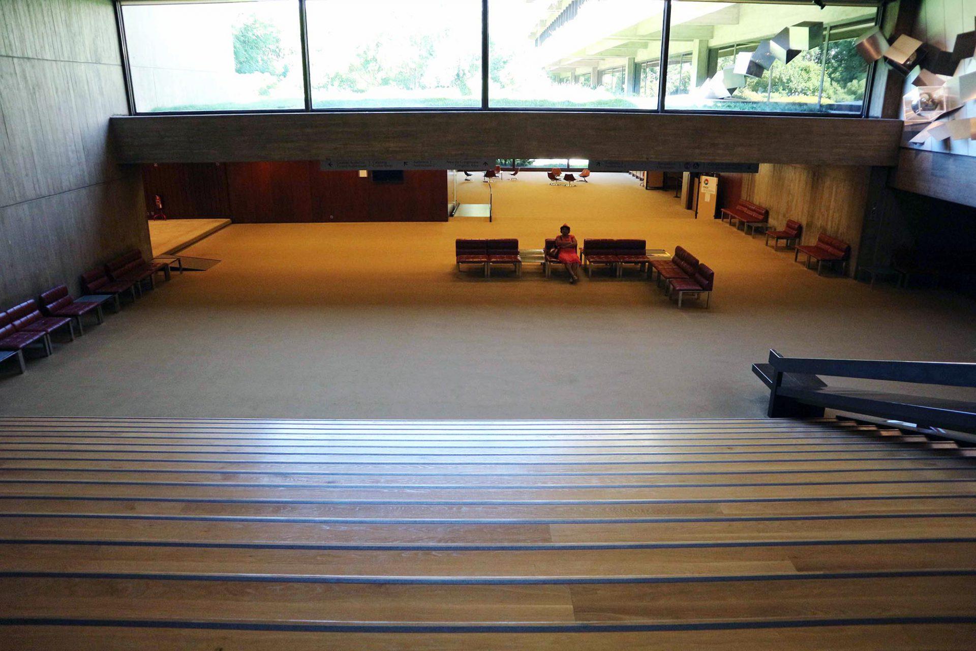 Der Stiftungssitz und das Auditorium. Eine breite Treppe fließt hinunter ins Foyer des Auditoriums.