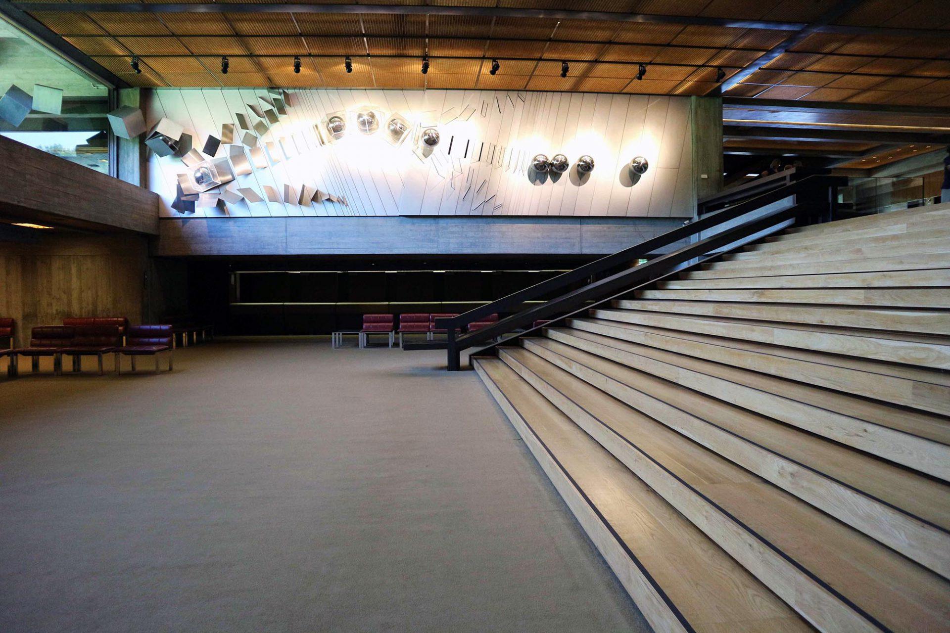 Der Stiftungssitz und das Auditorium. An der Wand ist eine bewegte Skulptur aus Stahl, Aluminium und Acrylglas von Artur Rosa installiert.