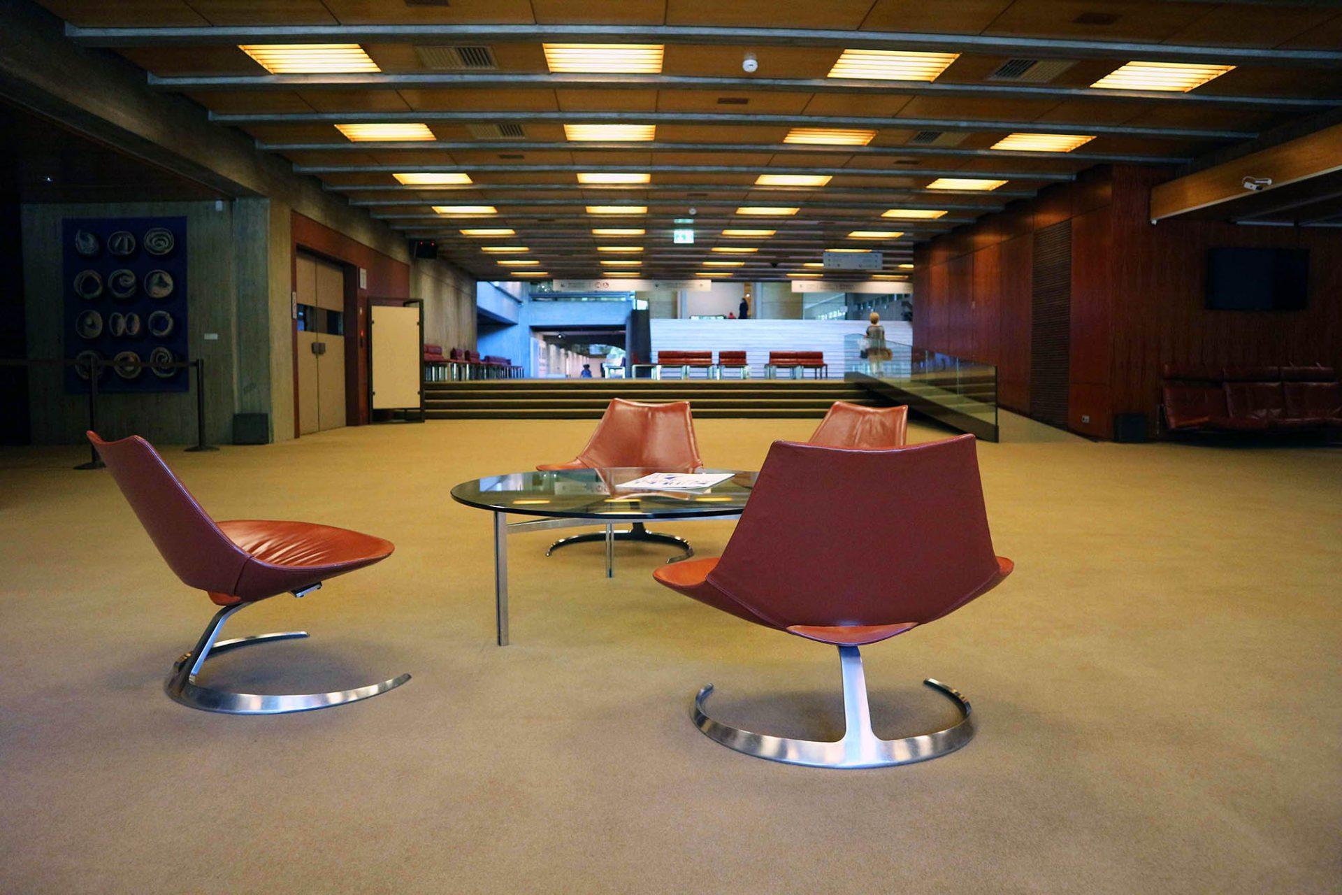 Das Auditorium. Das Mobiliar, wie hier im Foyer des Auditoriums, ist im gesamten Gebäude maßgefertigt und noch im Original erhalten.