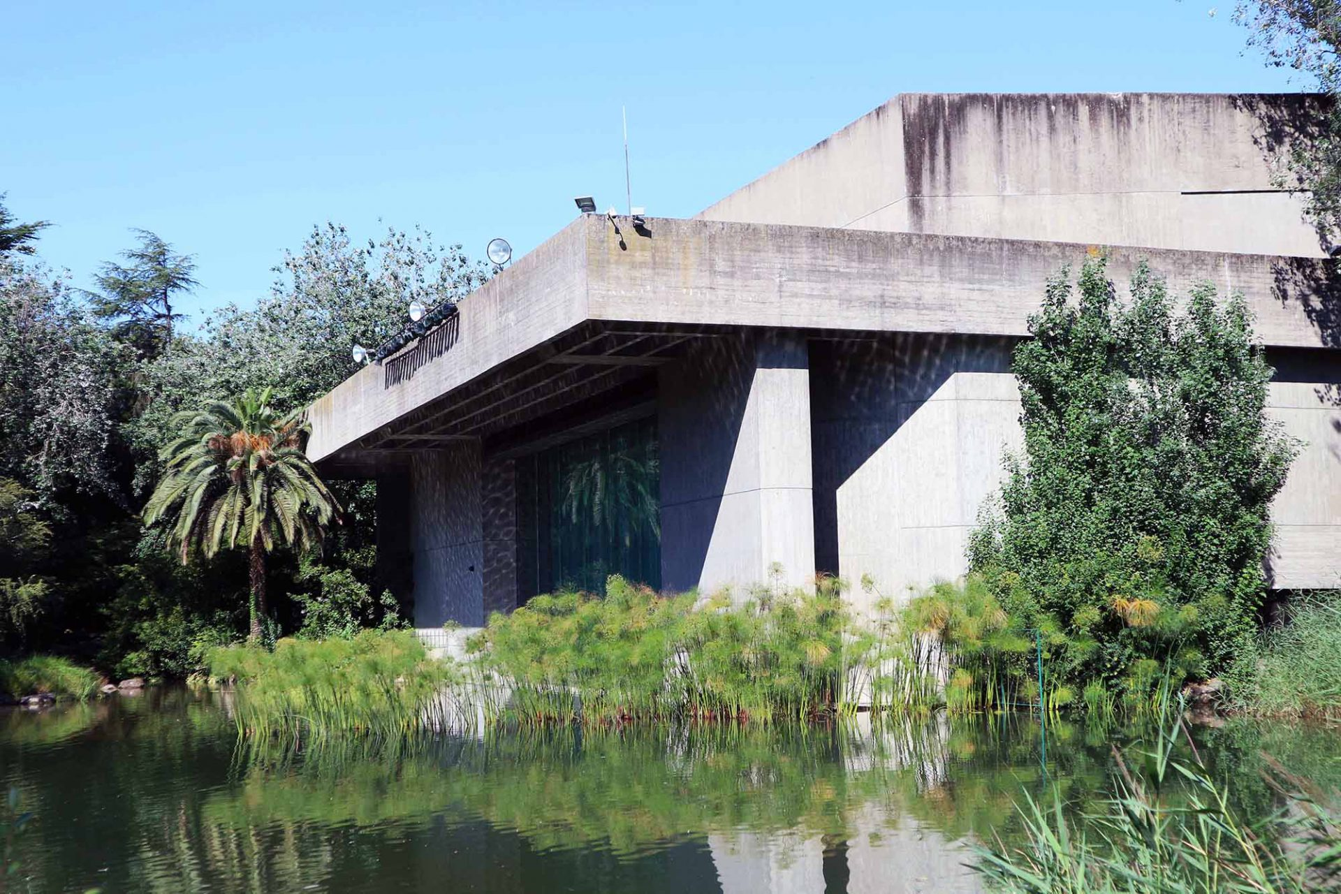 Das Auditorium. Der Vortragssaal liegt südlich des Stiftungssitzes und ist teils von Wasser umgeben.