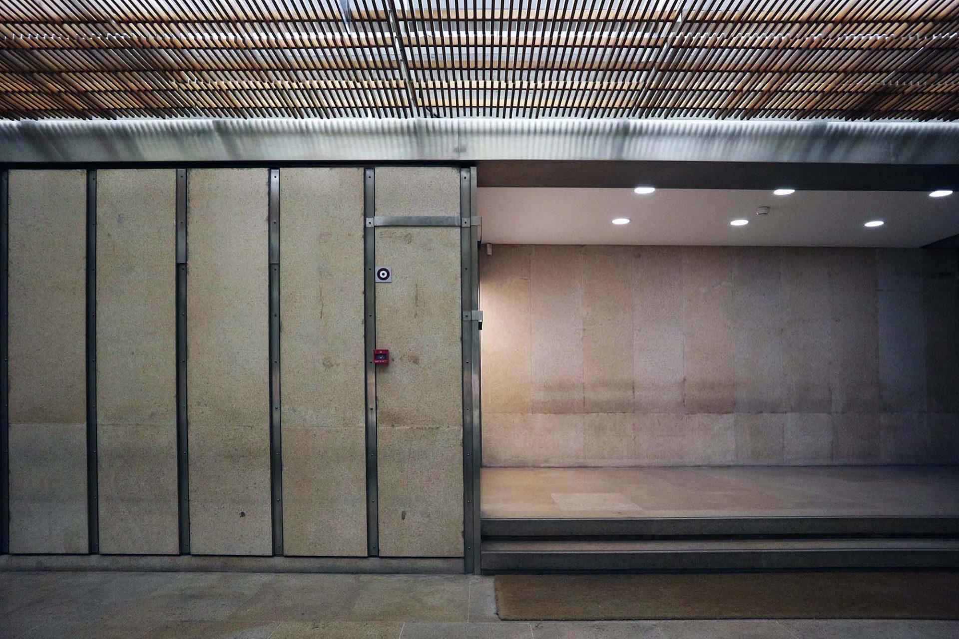Die Materialien. Im Innenraum kontrastieren Stahlbeton und Naturstein ...