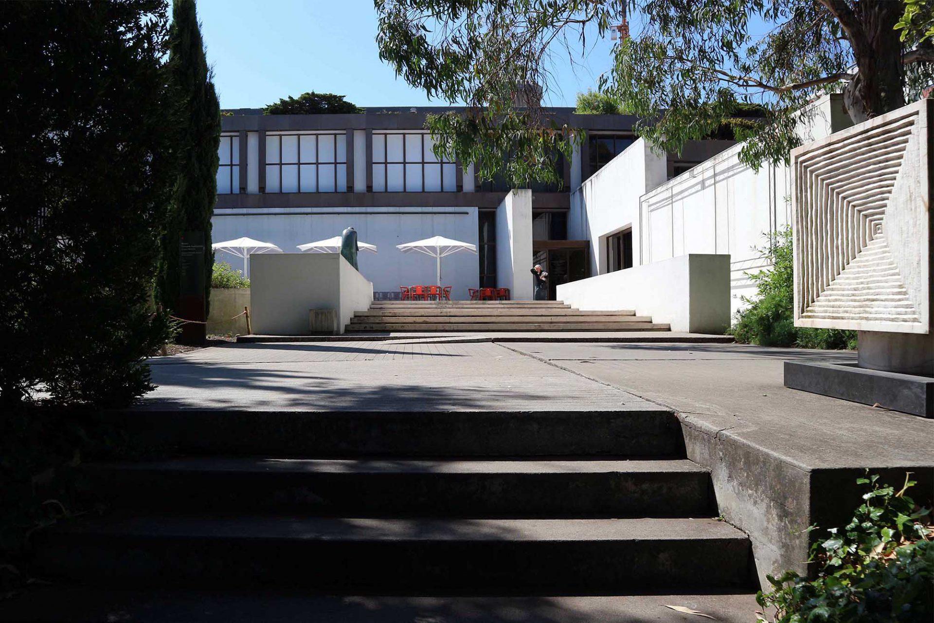 Die Erweiterung. Zehn Jahre nach der Eröffnung der Gulbenkian-Hauptquartiers und des Museums entstand die Idee, innerhalb des Stiftungsareals ein kulturelles Zentrum für darstellende Künste zu schaffen.