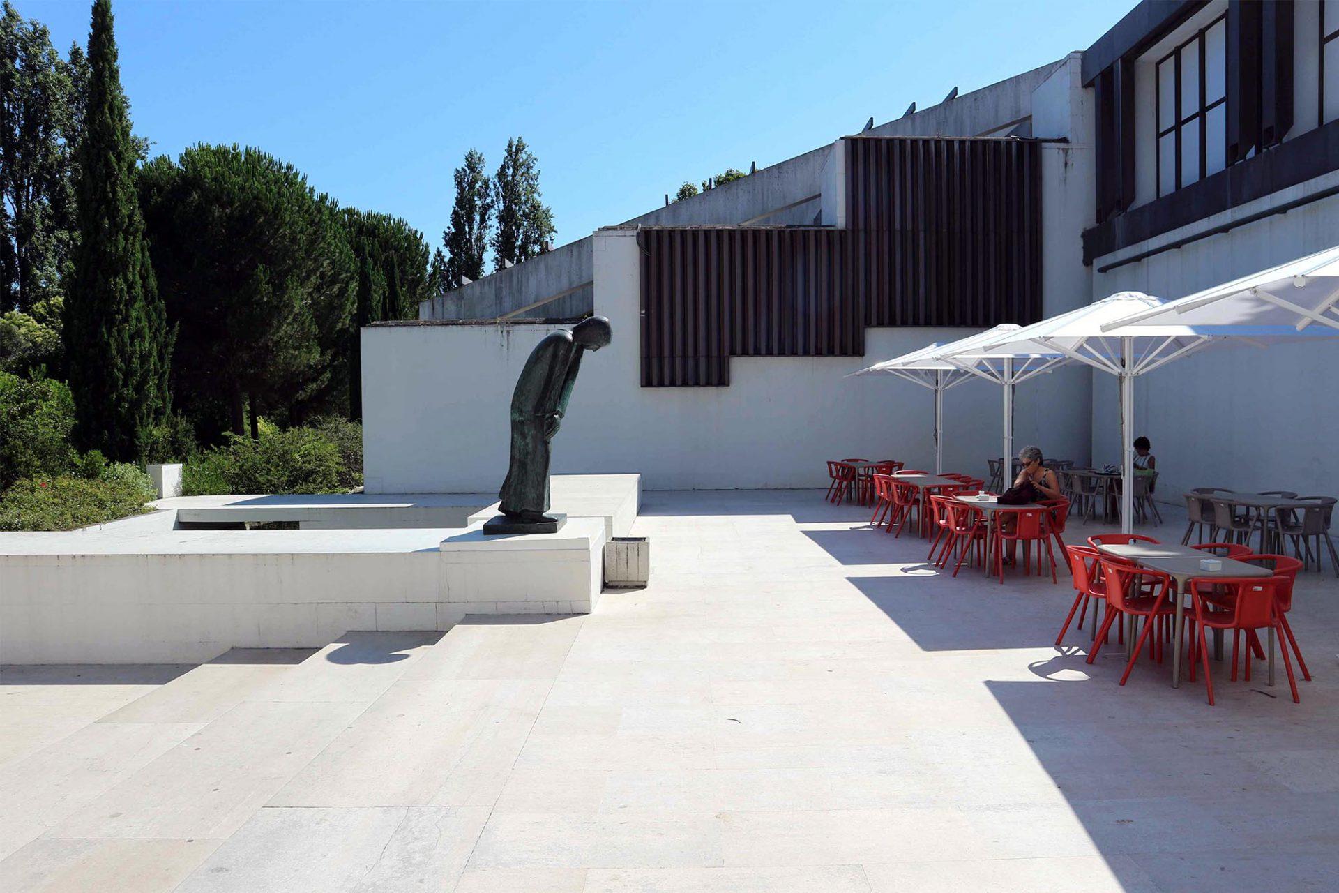Die Erweiterung. So entstand zwischen 1977 und 1983 und in Reaktion auf die junge Demokratie Portugals (1974) und in Anlehnung an das Pariser Centre Pompidou (1979) das neue CAM – Centro Arte de Moderna (Museum für zeitgenössische Kunst).