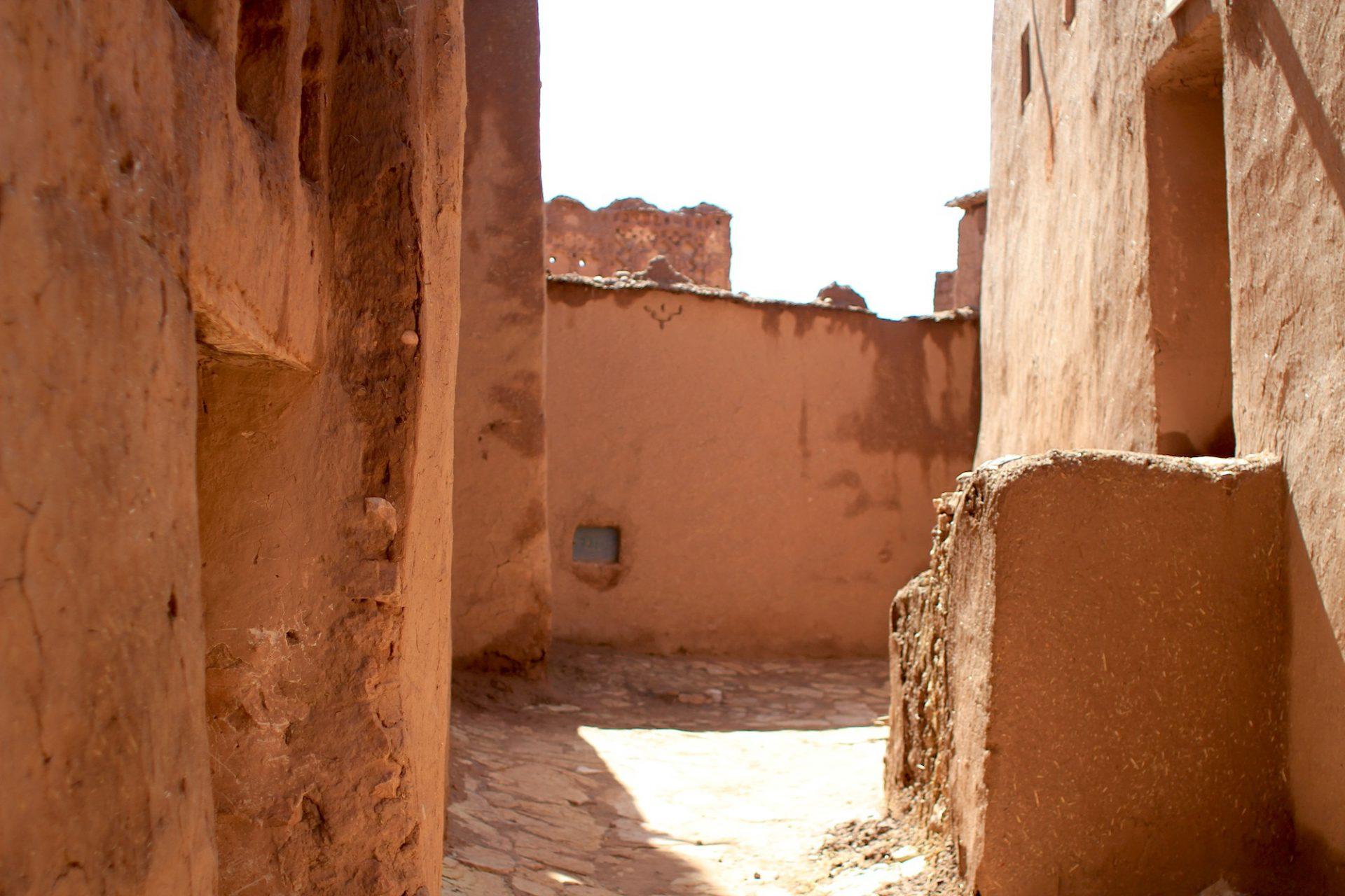Rotbraun. Eine der Gassen der Burganlage
