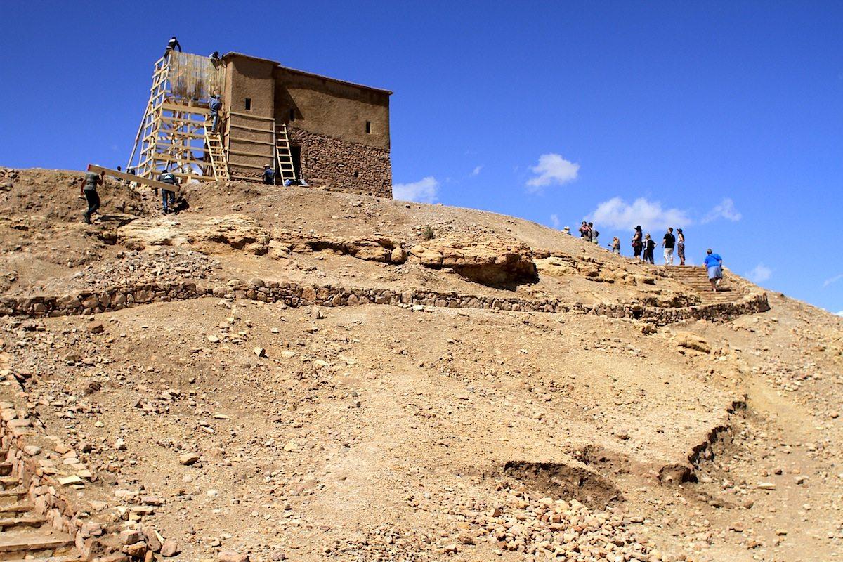 Spitze. An vielen Stellen des Kasbah-Komplexes wird ausgebessert, repariert und instandgesetzt.
