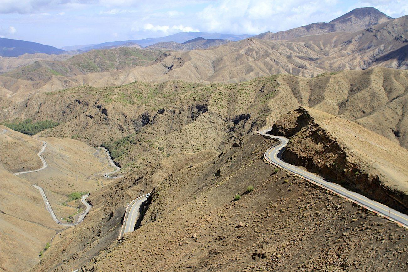 Ockerfarben. Eine N9-Fahrt vermittelt einen Eindruck vom Hochgebirge des nahen Hohen Atlas.