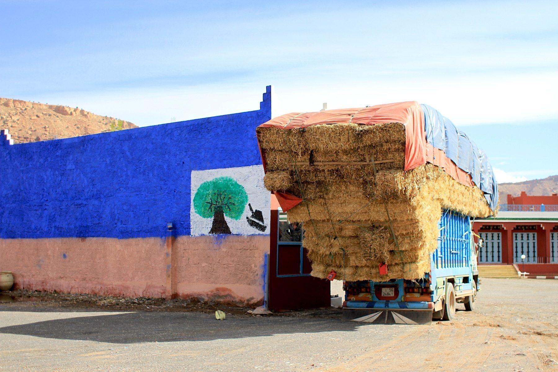Beladen. Lastfahrzeug an einer der zahlreichen Raststätten an der N9.