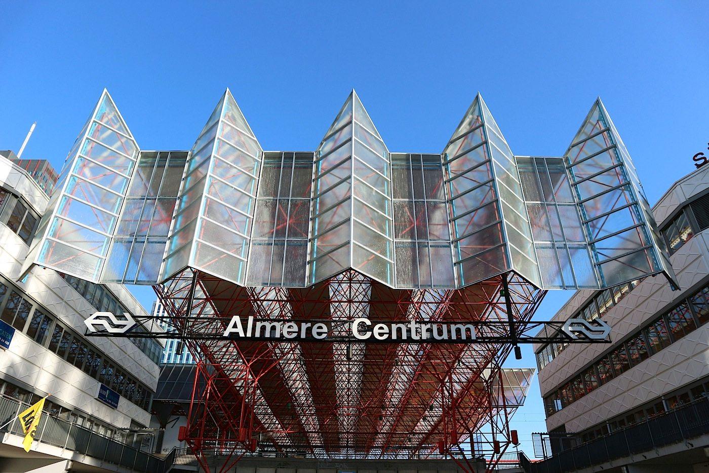 Almere Centrum. Funktional, nüchtern, expressiv: der Hauptbahnhof von Almere.