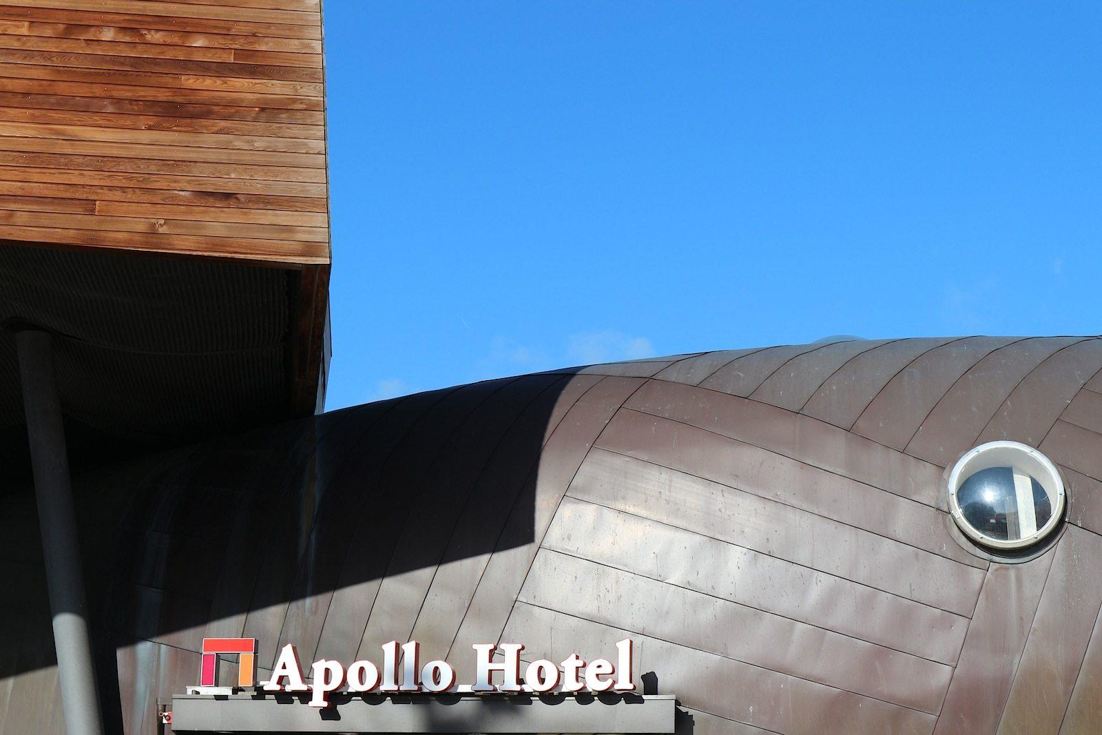 Apollo Hotel. Ein Reiz des Alsop-Ensembles: die Verschiedenartigkeit der Körper wie hier die an Blob-Architektur erinnernde Freiform des Hotels. Auf der anderen Seite steht ein linear-sachlicher Elektrofachmarkt, ebenfalls von Alsop.