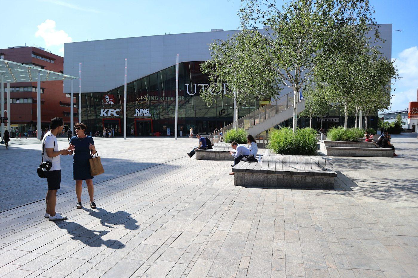 Forum. Ist einer der Innenstadtplätze. Kurz vor dem Start der Architekturführung mit der Almerekennerin Marga Kleinenberg –im Gespräch mit THE LINK-Mitgründer und Redakteur Jan Dimog