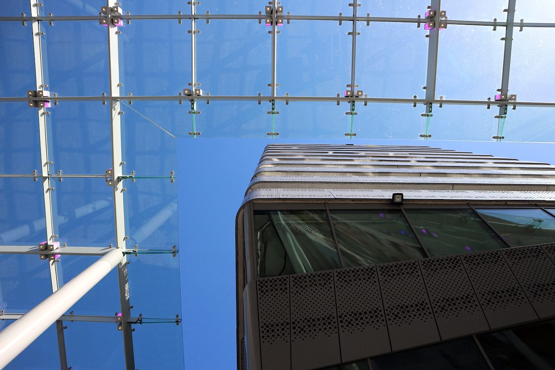 Lakeside. SeARCH, Amsterdam, fertiggestellt 2007. Windfang-Konstruktionen sind an mehreren Stellen der Innenstadt aufgestellt, so auch an diesem Wohnturm.
