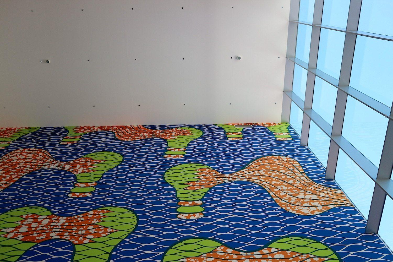 """Schouwburg Almere / Cultuurhuis. SANAA, Tokio, 2006. Im Innenraum: die Arbeit """"Untitled"""" des taiwanesischen Künstlers Michael Lin."""