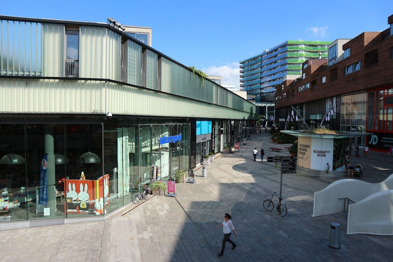 """The Jewel. David Chipperfield Architects, London, 2006. Unten sind Geschäfte, oben setzen Glasfassaden die Wohneinheiten vom öffentlichen Bereich ab. Hinten rechts und passend zum Juwelenviertel: """"De Smaragd"""" vom Züricher Büro Gigon & Guyer Architekten. Rechts: De Citadel von Atelier Christian de Portzamparc."""