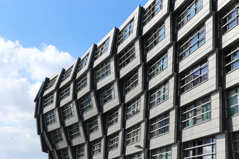 The Wave. René van Zuuk Architekten B.V. aus Almere, 2004. Sechsstöckiges Wohnhaus. Die dem Weerwater zugewandte Seite strebt dem Nass wellenartig zu und schiebt einige Räume vor. Die Fassaden sind aus verzinkten Platten.
