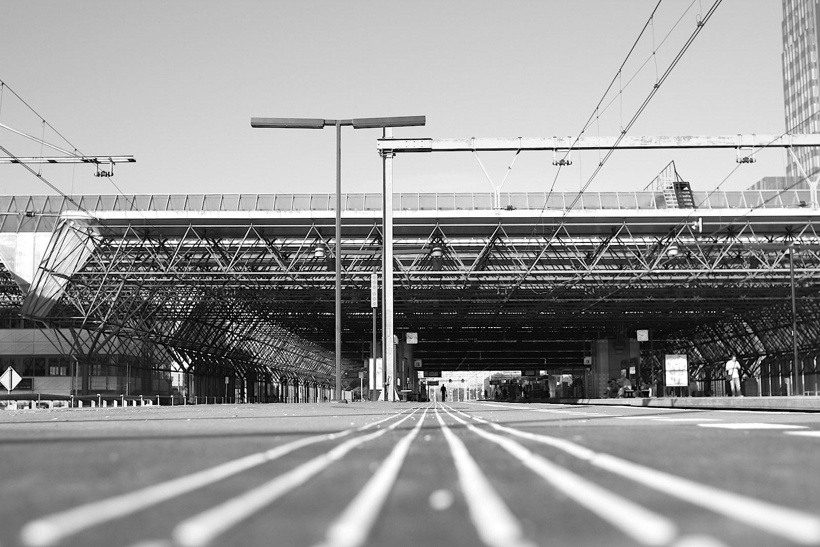 Almere Centrum. Die Innenstadt ist an vielen Stellen wie der Hauptbahnhof: klar, rational, präzise–mit dem almerischen Schuss an Raffinesse und klugem Design.