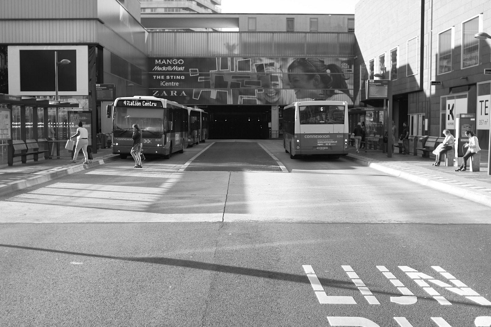 Busbahnen. Zum Konzept des Masterplan Stadshart: die Trennung der Wege. Busse, Pkws, Fahrräder und Fußgänger haben ihre eigenen, voneinander getrennten Wege. Damit folgte OMA den Ursprungsideen für Almere der 1970er und trieb es mit dem künstlichen Hügel auf die Spitze. Wortwörtlich.