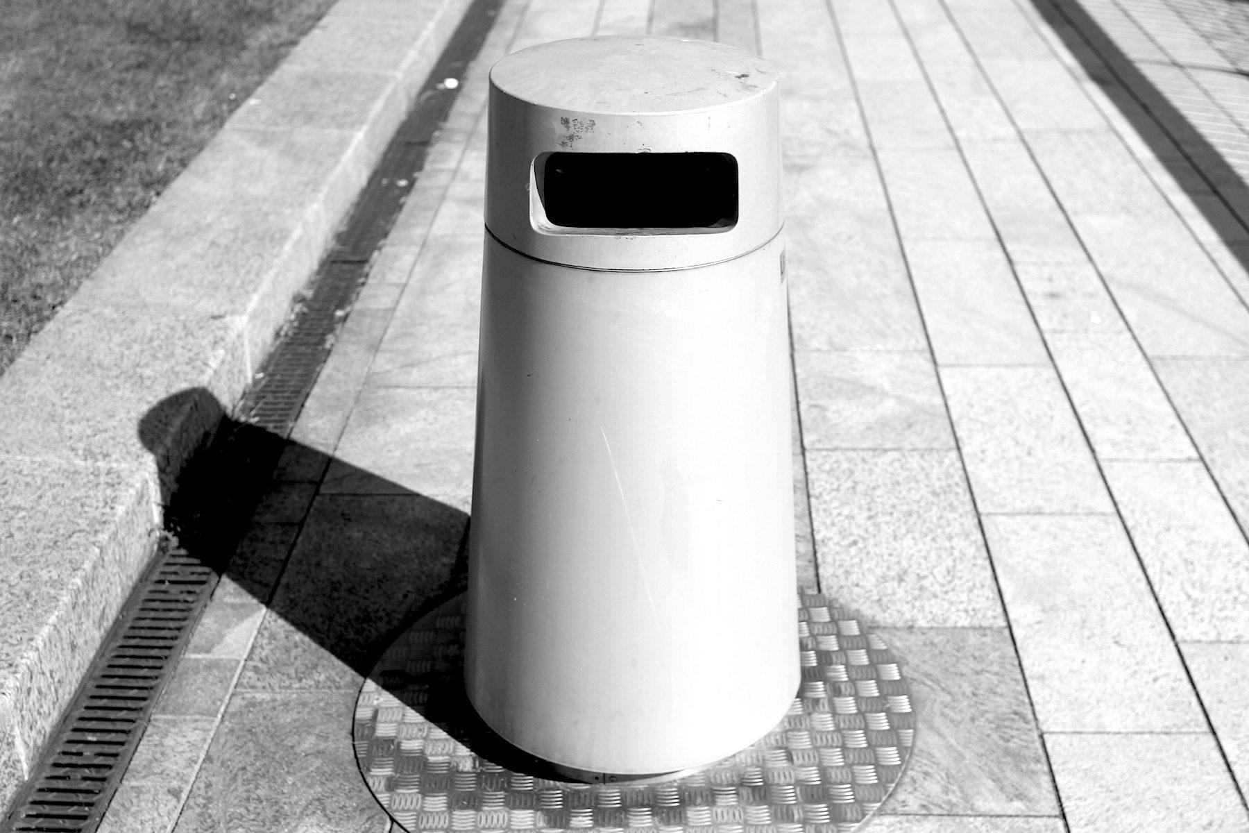 Entsorgung. Das futuristische Müllentsorgungssystem: mit Luft wird der Müll abgesaugt, an Sammelstellen gebündelt und auf Signal dann jenen Stellen abgeholt.