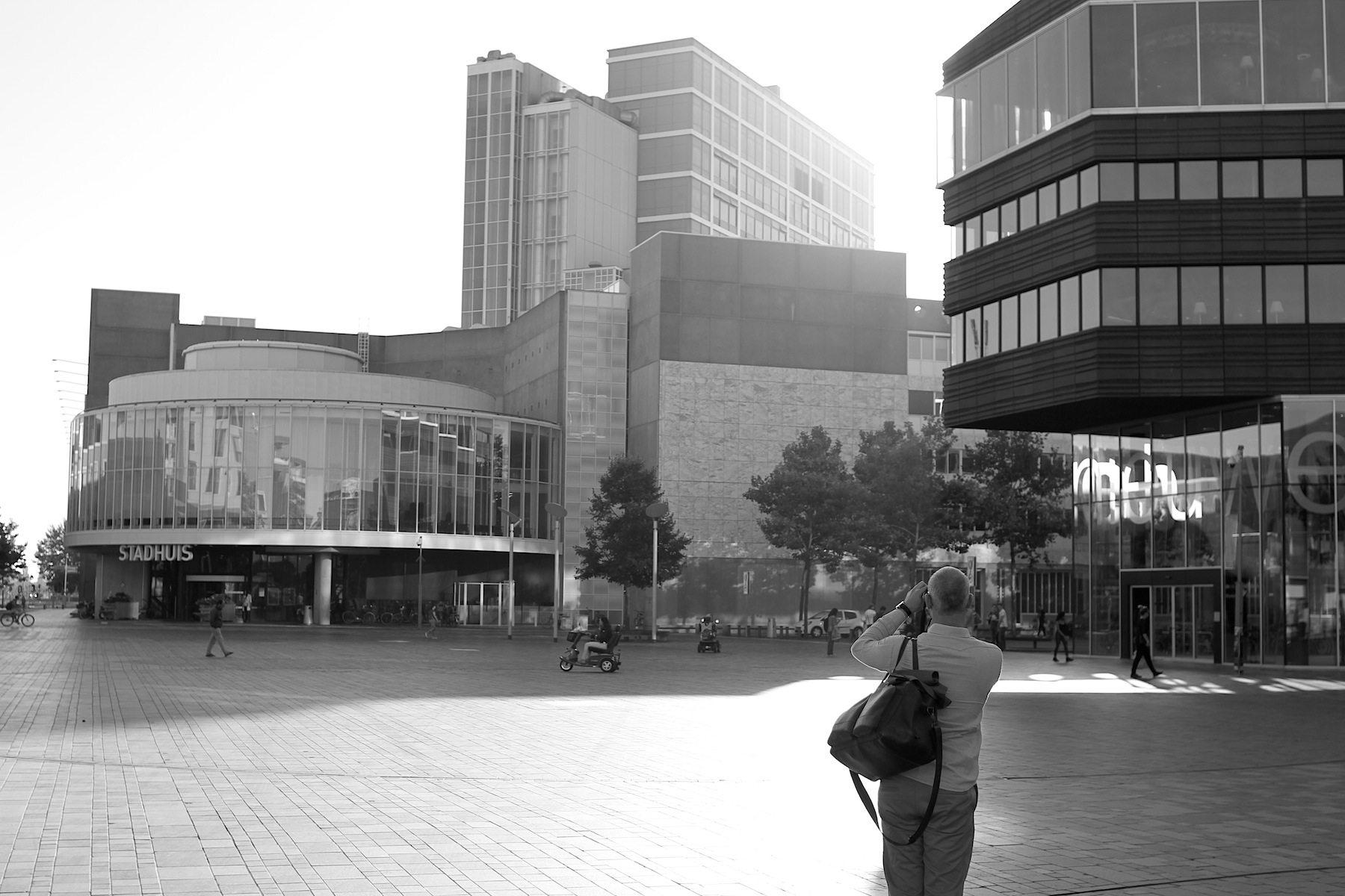 Stadhuisplein. Am zentralen Platz, 5 Minuten vom Hauptbahnhof entfernt, stehen einige markante Bauten. Ab hier erhebt sich die Innenstadtplatte auf 6 Meter Höhe –Teil des vom Großarchitekturbüro OMA und Rem Koolhaas konzipierten Masterplans. Ein Hügel sollte entstehen und wurde auch so gebaut.
