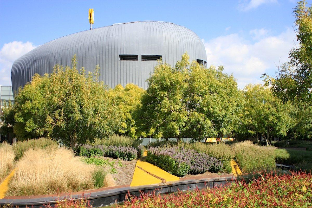 Schipperplein. Parkdesign von DP Landschapsarchitecten, Amsterdam, 2004. Der Kugelfischkörper im Hintergrund ist, ähnlich wie der biomorphe Teil des Apollo-Hotels, auch von Alsop Architects.