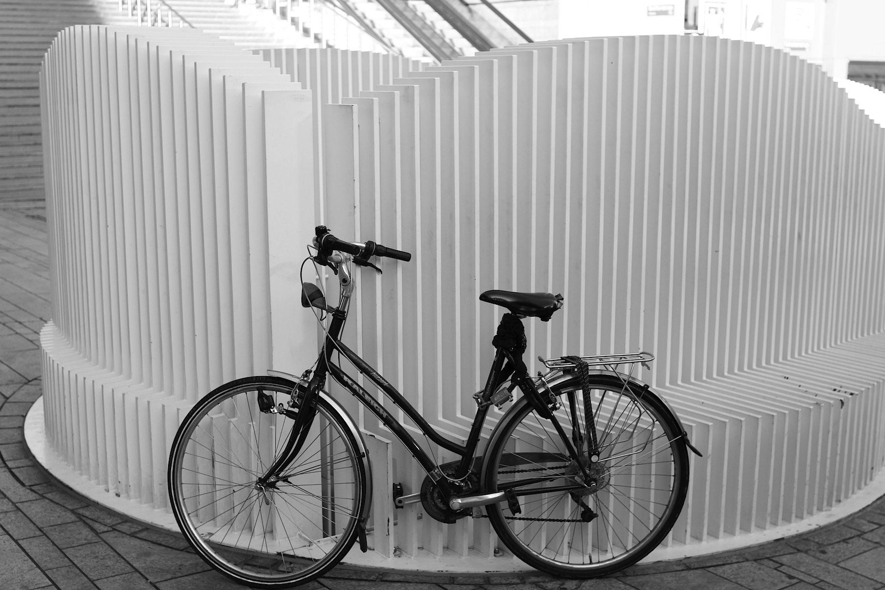 Almere-Design. Warum einen einfachen Zaun und Sichtschutz bauen, wenn man Sitzmöglichkeiten integrieren kann (das Fahrrad ist nicht damit gemeint).