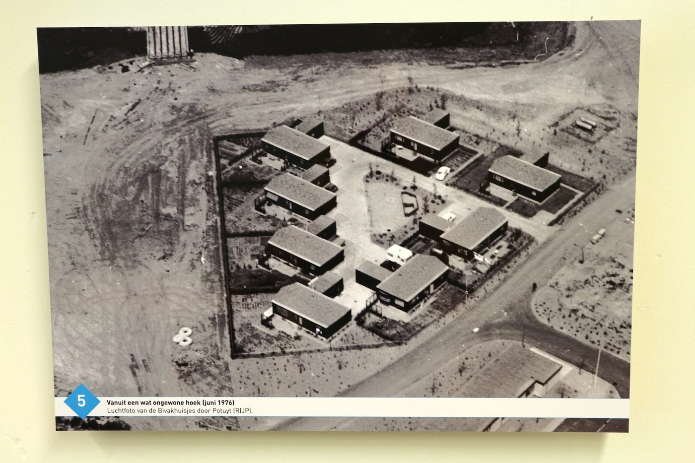 Der Beginn.  Luftaufnahme des späteren Stadtteils Schoolwerf mit den ersten Bauten in Almere Haven, zu sehen im Green story-Café. Architekt: Joop van Stigt