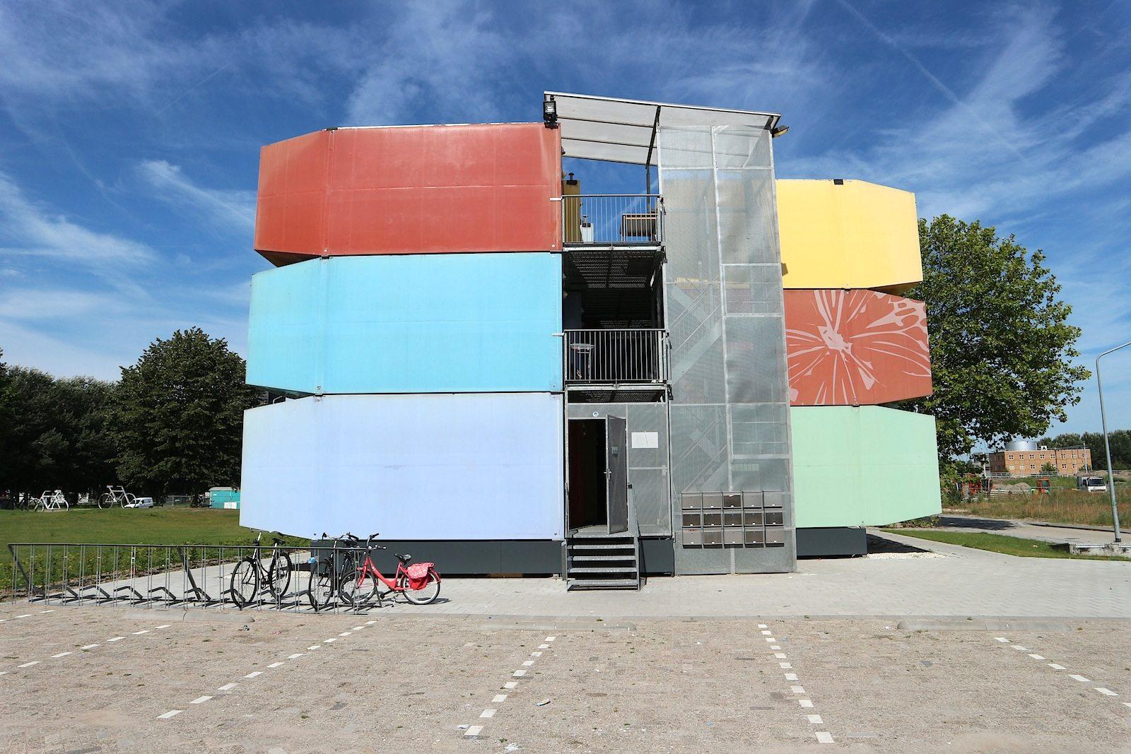 Spaceboxen.  In unmittelbarer Nähe zu Almere Stad stehen die von Mart de Jong konzipierten Studentenwohnungen.