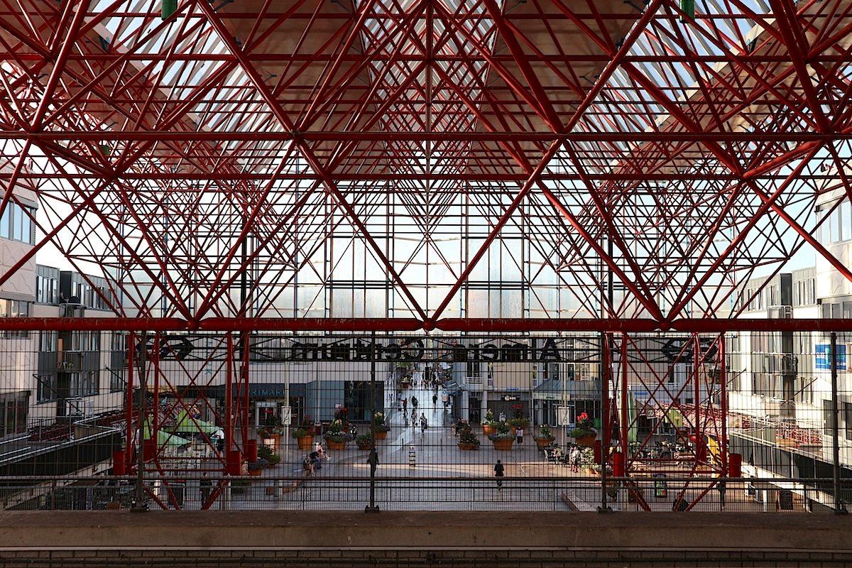 Almere Centrum. Ist der größte Bahnhof der Provinz Flevoland.