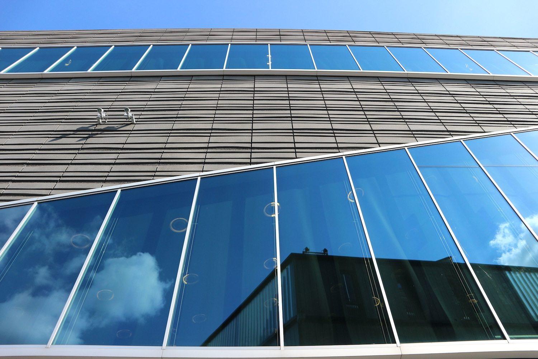 De Nieuw Bibliotheek. Meyer en Van Schooten Architecten und Barry van Waveren, 2009. Dreieck, Kurven, Einschnitte bestimmen die Form der elegant-großzügigen Bibliothek.