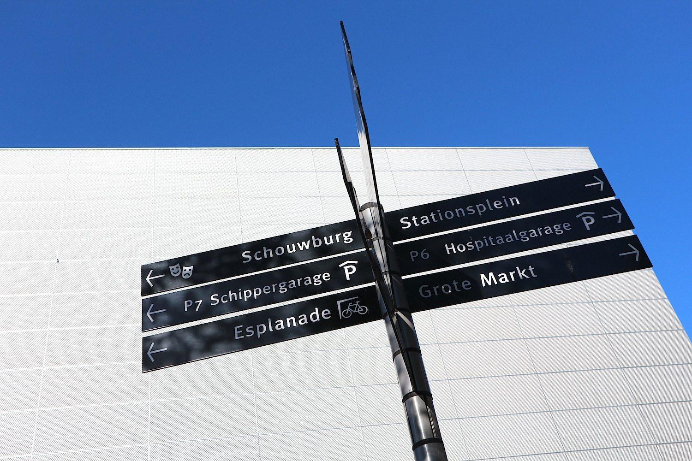 Almere Stad. Beschilderung auf dem Forum-Platz. Von hier sind es nur wenige Schritte bis zum Wasser, dem Weerwater.