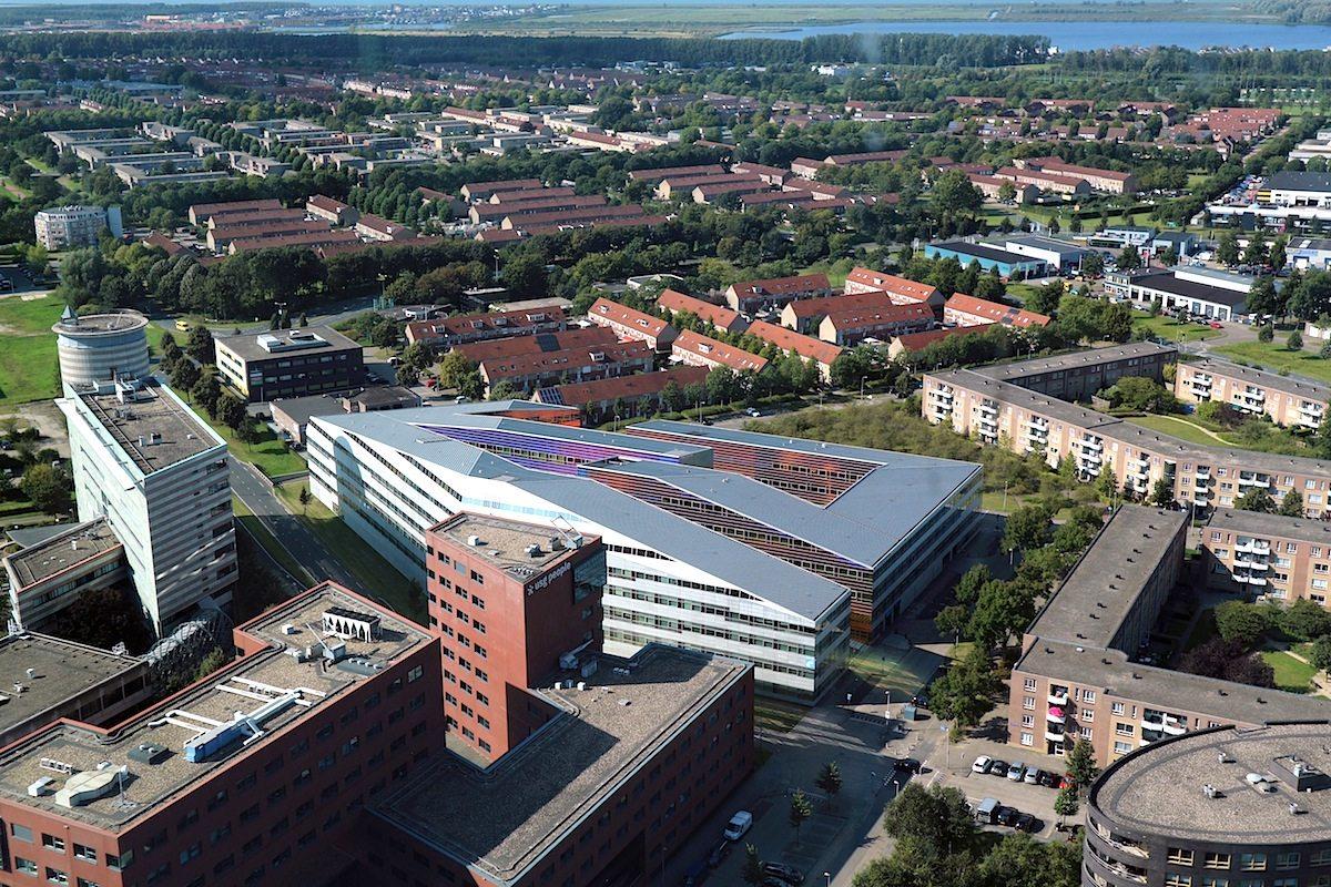 La Defense. UN Studio, Amsterdam, Ben van Berkel, 2004. Der Bürokomplex fügt sich trotz seiner an einigen Stellen bunt gefassten Größe gut in die Stadtstruktur der nahen Innenstadt ein.