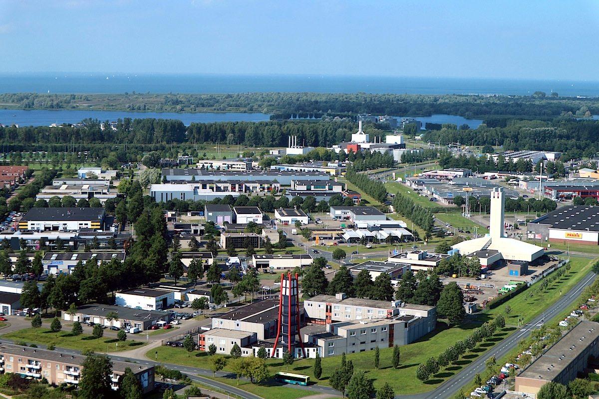 Staatsliedenwijk. Der Blick auf Wohngebiete nahe der Innenstadt. Im Hintergrund ist der Binnensee Noorderplassen zu sehen, dahinter das Markermeer, das in das Ijseelmeer übergeht.