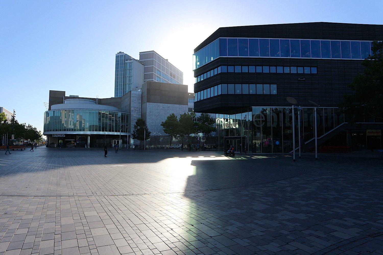 Stadhuisplein. Auf dem zentralen Platz stehen das Stadhuis von Dam & Partners Architecten aus Amsterdam (eröffnet 1986, umgebaut 2005) und De Nieuwe Bibliotheek von Meyer en Van Schooten Architecten mit Barry van Waveren (eröffnet 2009, im Bild rechts).