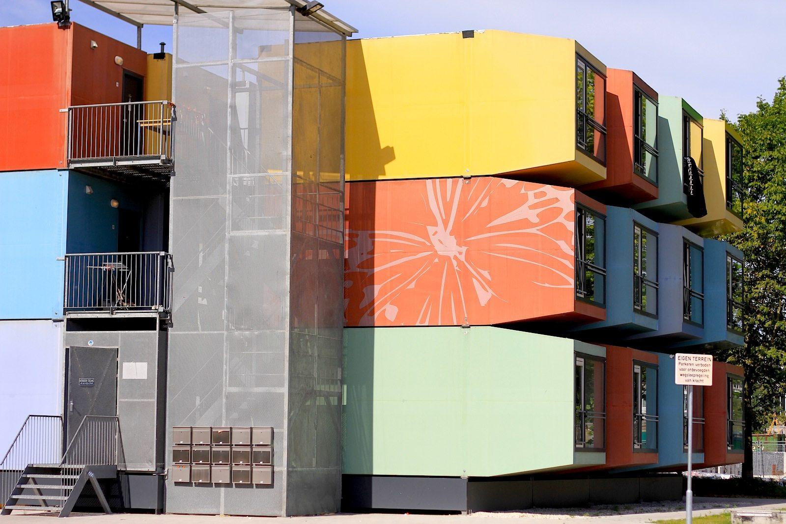 Spaceboxen.  Spacebox ist ein modulares Gebäudekonzept des niederländischen Architekten Mart de Jong. Die Einheiten können umgesetzt und gestapelt werden. Sie bestehen zum größten Teil aus Kunststoff und bieten rund 20 m² Platz. Die Konstruktionsprinzipien stammen aus dem Schiffs- und Flugzeugbau.