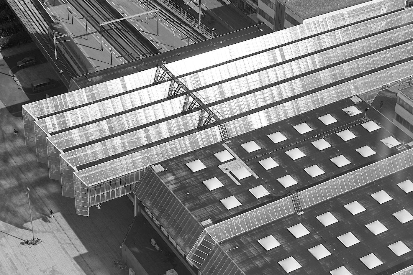 Almere Centrum. Der Hauptbahnhof vom WTC 2-Hochhaus gesehen, dem höchsten Gebäude von Almere.