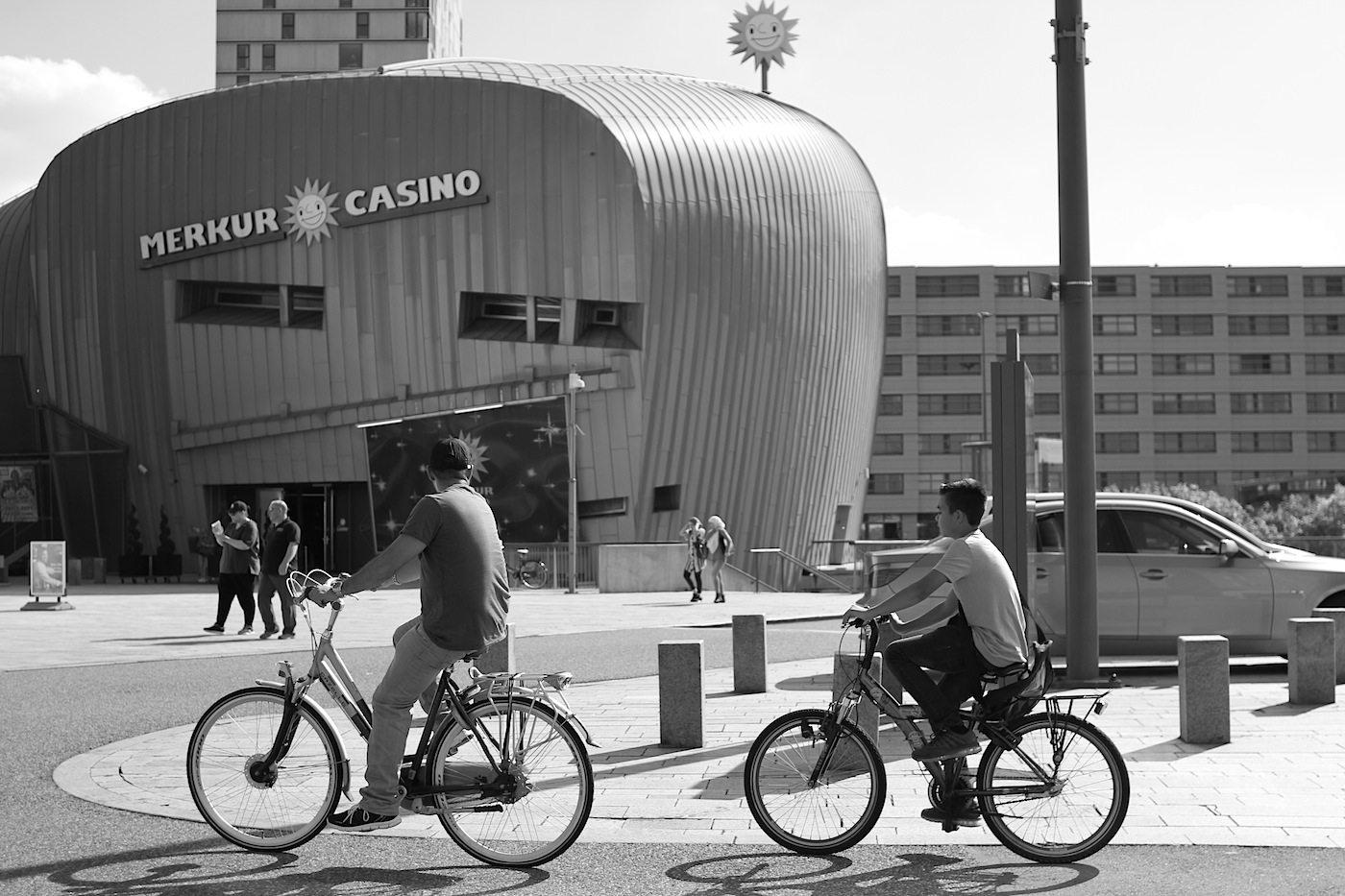 Urban Entertainment Centre. Mit Casino und Fahrradfahrern.