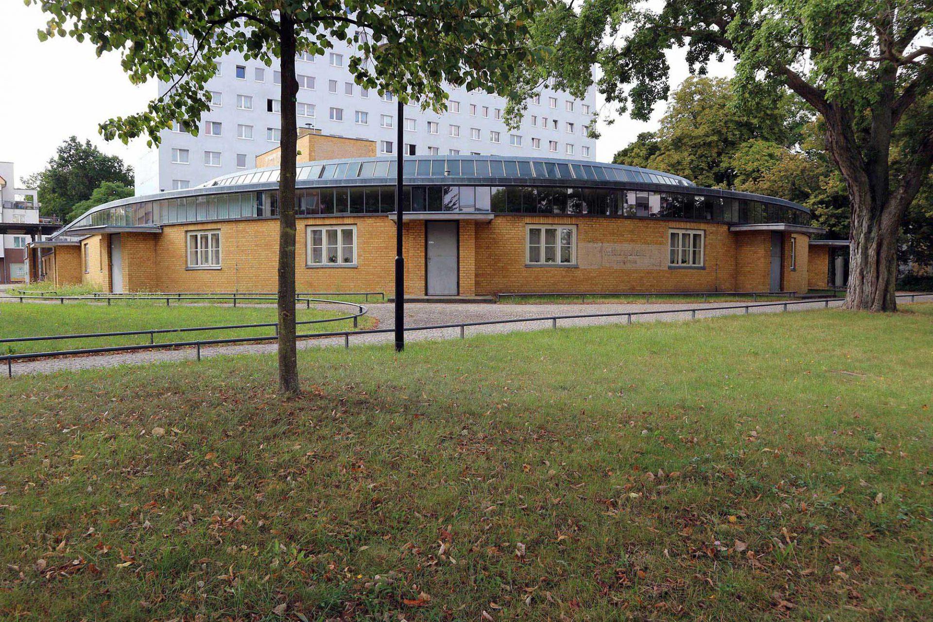 Arbeitsamt von Walter Gropius (1928–29).  Nach der Einführung der Arbeitslosenpflichtversicherung und ihrer Zusammenführung mit der Arbeitsvermittlung 1927 lud die Stadt Dessau Walter Gropius, Hugo Häring und Max Taut zu einem beschränkten Wettbewerb für den Bau eines Arbeitsamts ein. Den Auftrag erhielt Gropius Anfang 1928; im Mai 1929 wurde der Bau fertiggestellt.