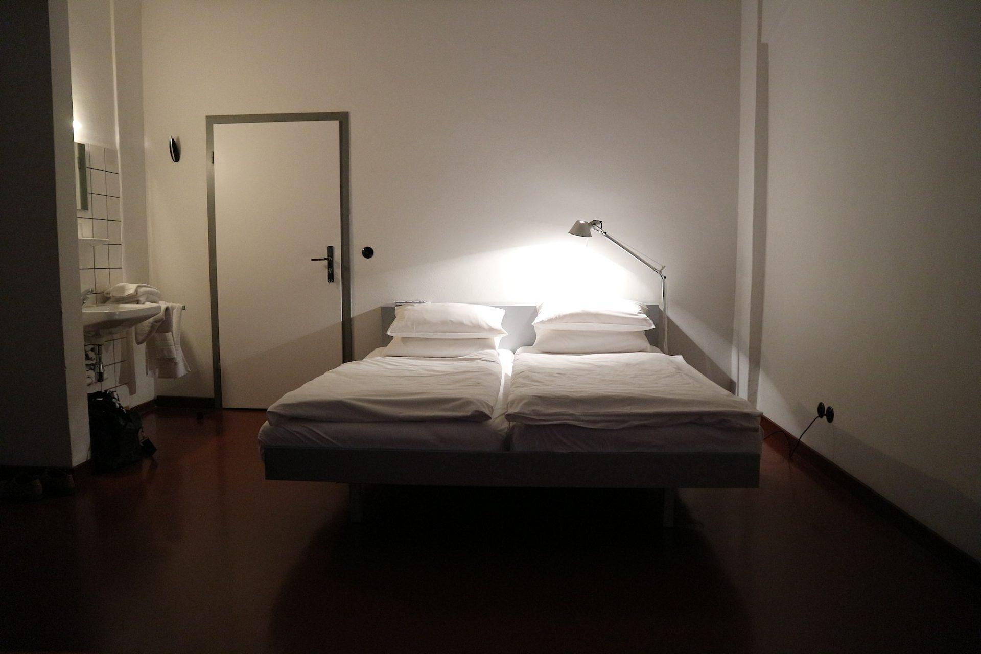 Schnörkellos, klar, licht.. Zimmer im Atelierhaus.