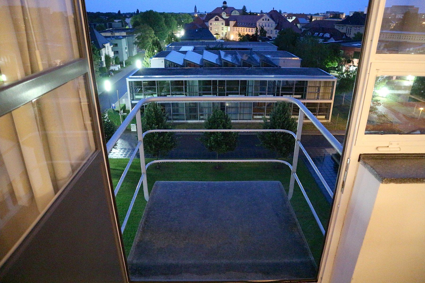 Atelierhaus am Abend.  Blick auf den Campus der Hochschule Anhalt