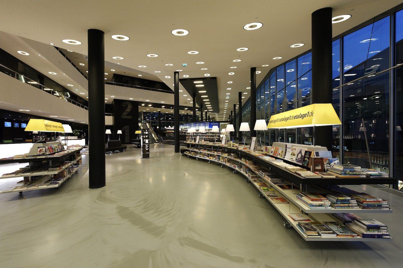 De Nieuwe Bibliotheek.  Die an eine Hotellobby erinnernde Eingangshalle.