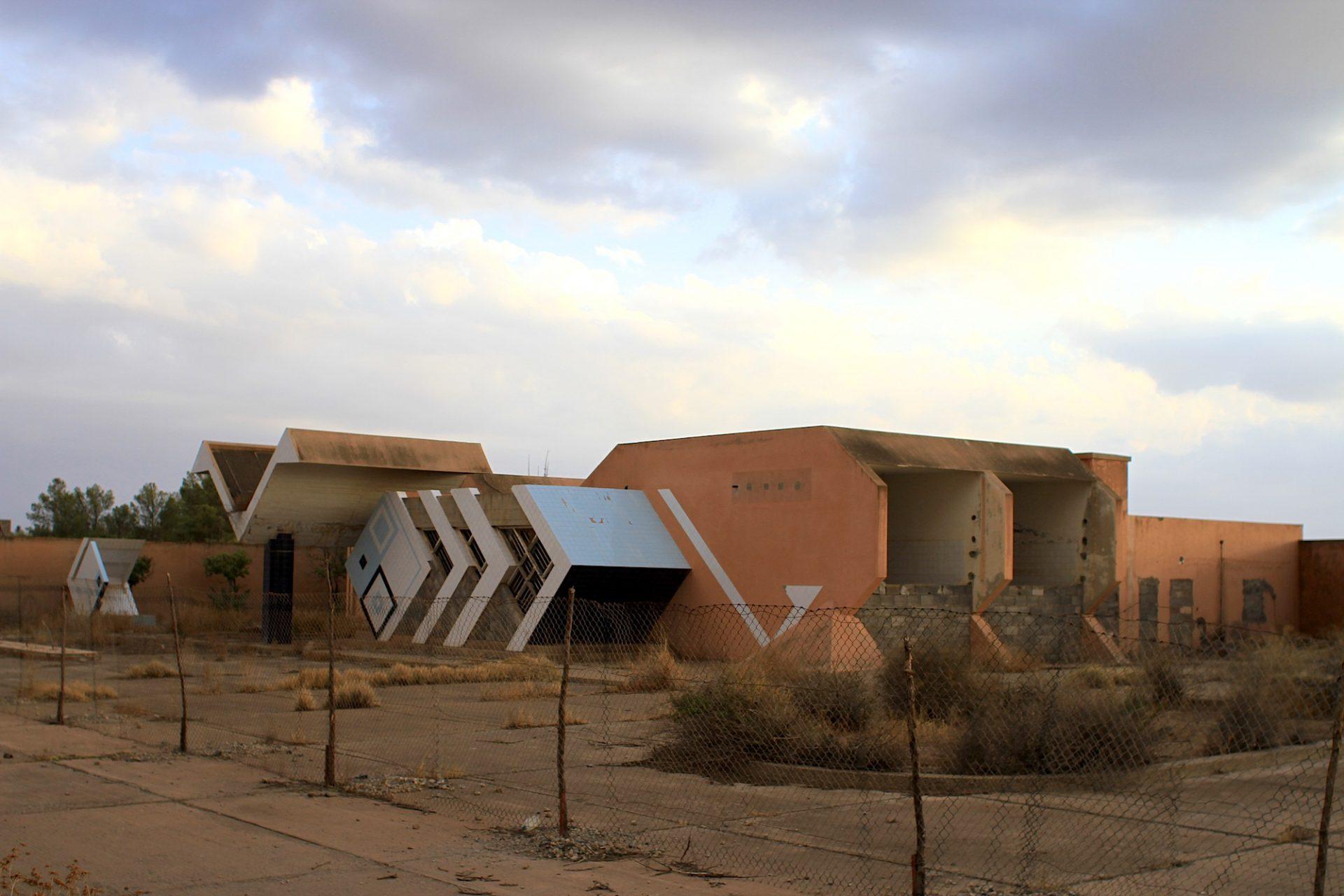 Tankstelle mit Formenspiel. Am Stadtrand von Marrakesch