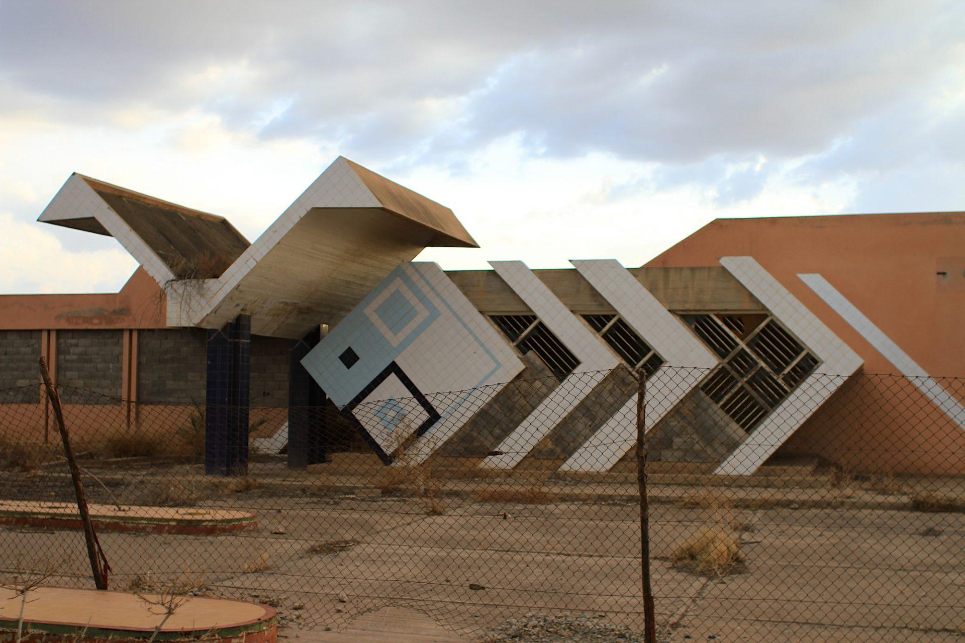 Tankstelle mit Flügel. Am Stadtrand von Marrakesch: expressiv und ausrangiert.