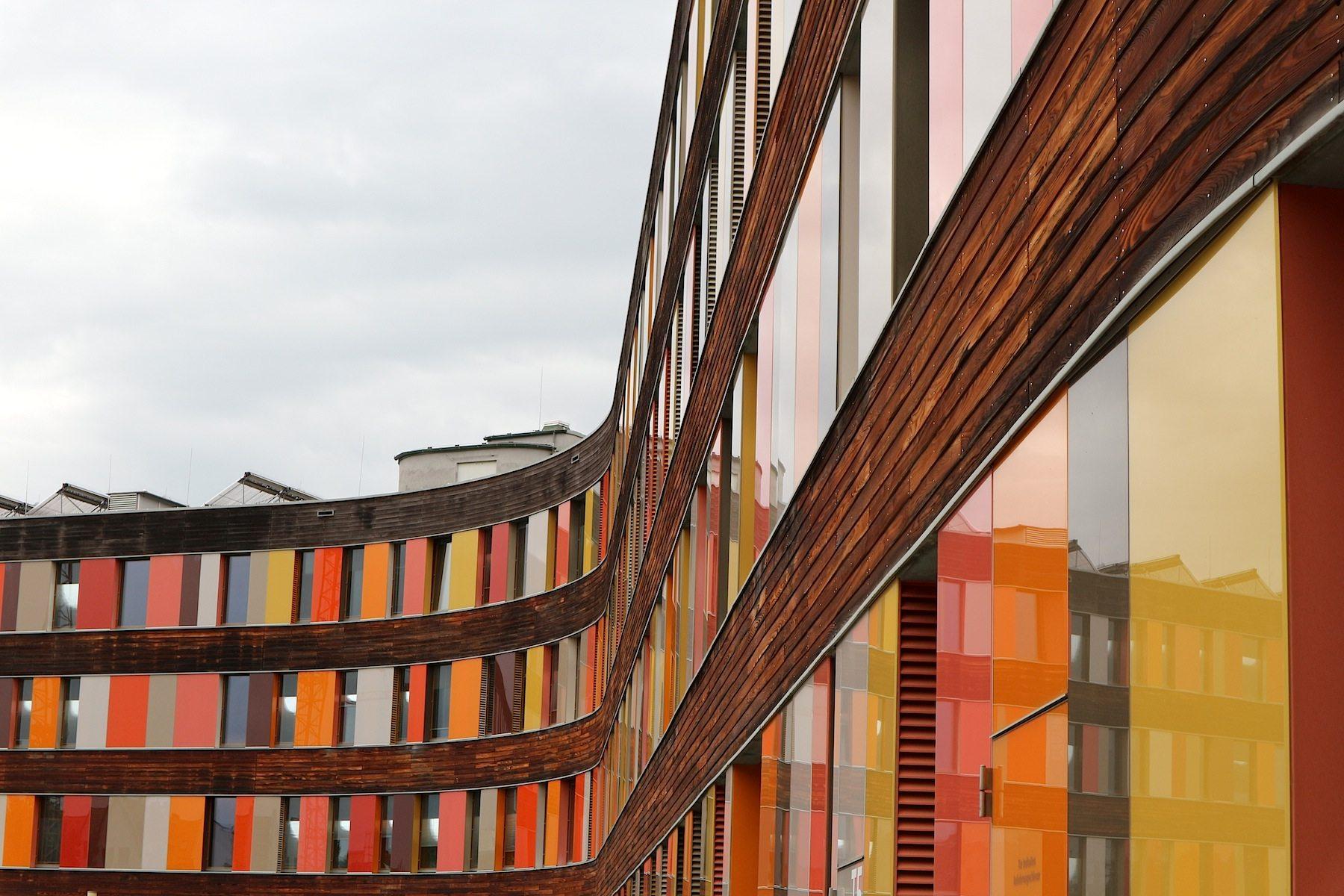 Umweltbundesamtes (UBA).  Der Hauptsitz des Umweltbundesamtes (UBA) ist seit 2005 in Dessau-Roßlau. Für seinen vom Architekturbüro sauerbruch & hutton architekten entworfenen Neubau in Dessau-Roßlau hat das Umweltbundesamt 2009 das Deutsche Gütesiegel für nachhaltiges Bauen in Gold verliehen bekommen.