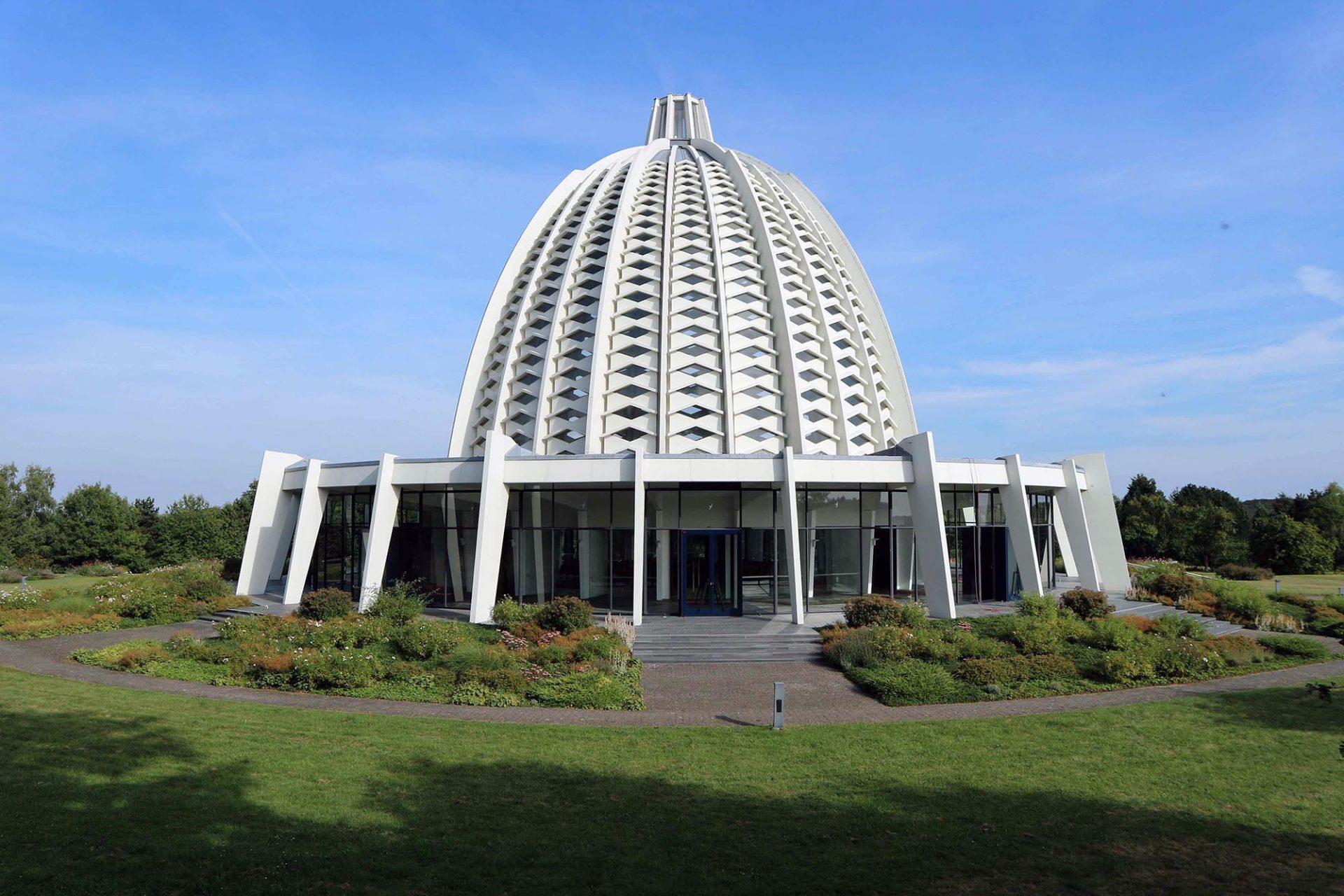 Haus der Andacht. Dreimal neun Pfeiler tragen die Kuppel und begrenzen den Innenraum.