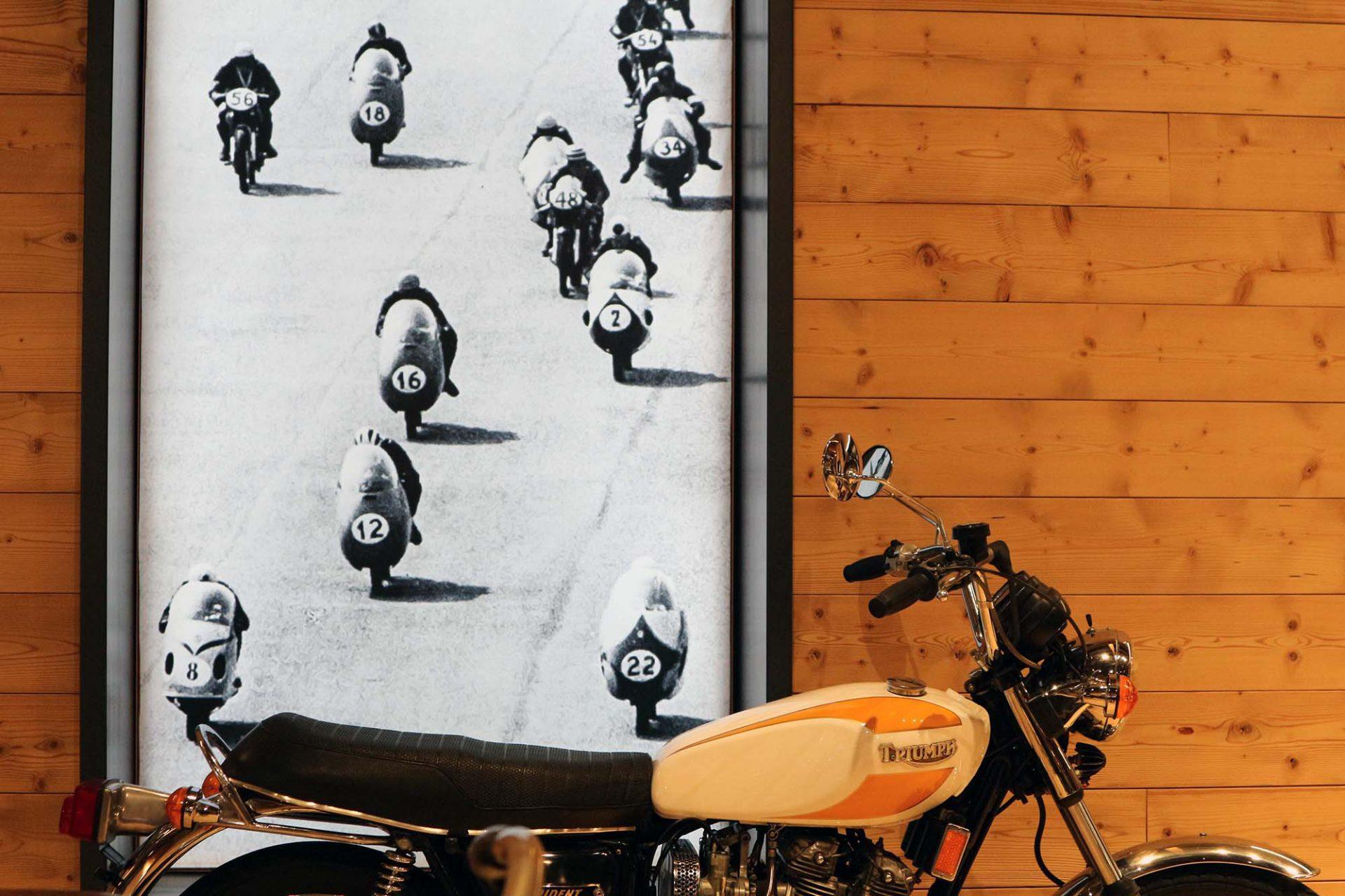 Top Mountain Motorcycle Museum. Filme und historische Fotoaufnahmen informieren über die Hintergründe.