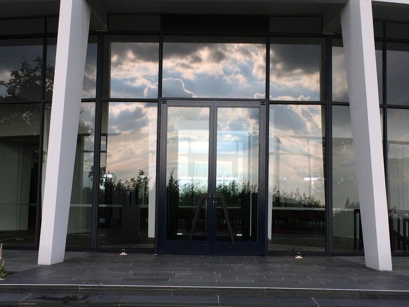 Die Fassade. Die Glasfassade springt leicht zurück.