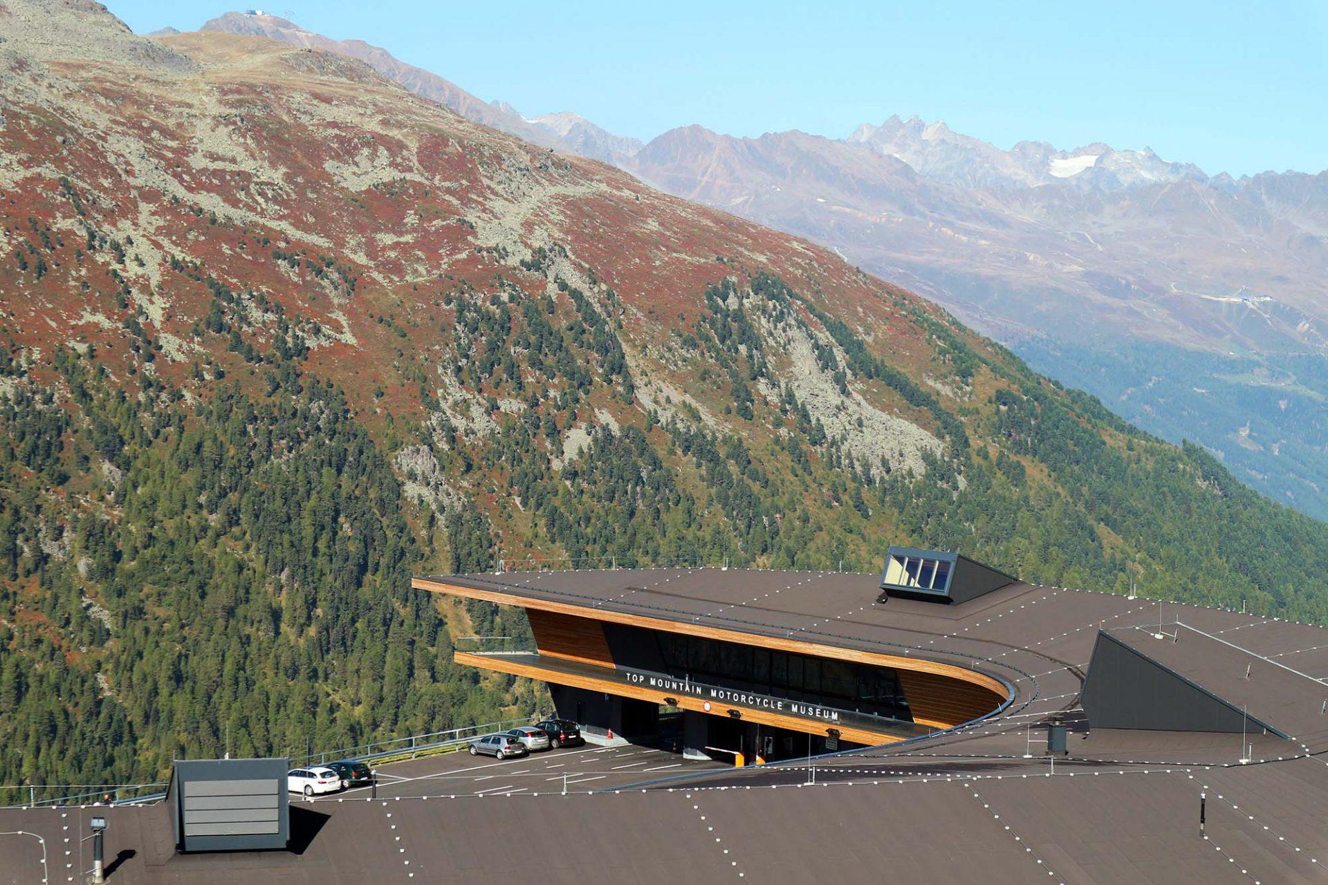 Top Mountain X-Cross Point.  Das geschwungene, einer Schneeverwehung nachempfundene Gebäude fügt sich harmonisch in die Natur ...