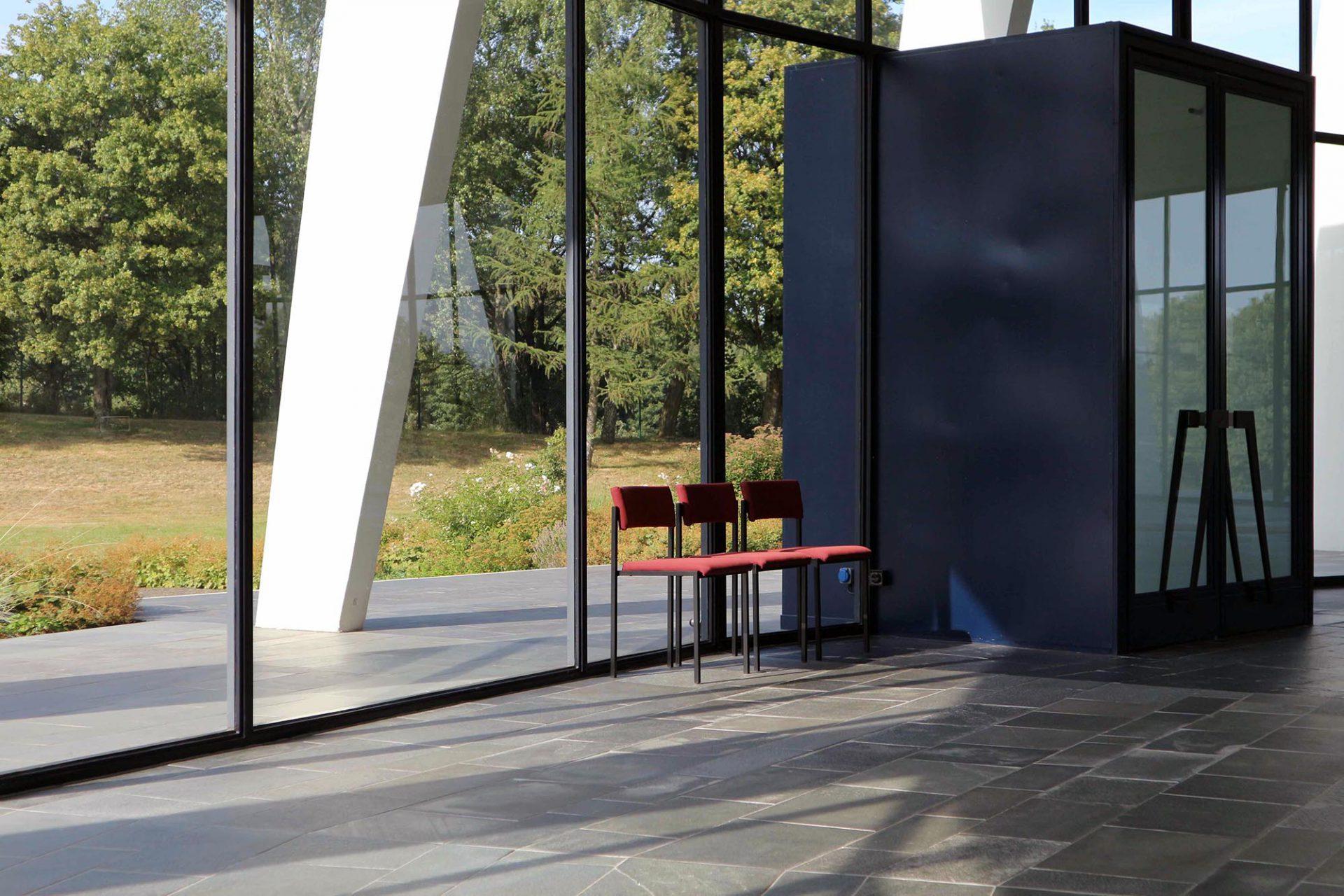 Der Umgang. Große Glasflächen verbinden Natur und Gebetshaus.