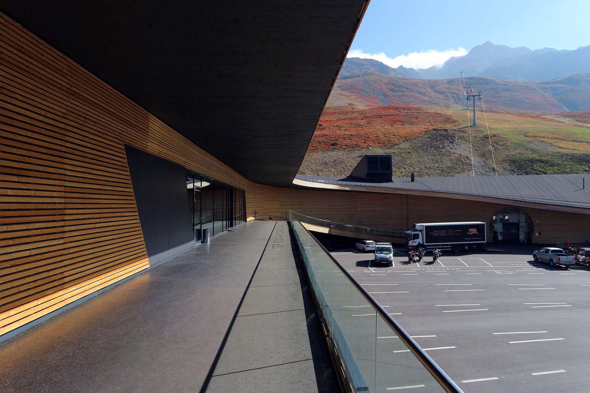 Top Mountain X-Cross Point.  Die Fassade ist stark horizontal betont und ...